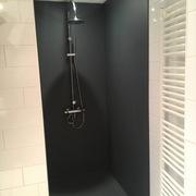 Badkamerrenovatie - Bekleding van wanden - Mooi strak geheel